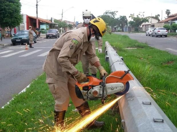 Corpo em decomposição é localizado dentro de poste em Goiânia, Goiás (Foto: Divulgação/Corpo de Bombeiros)
