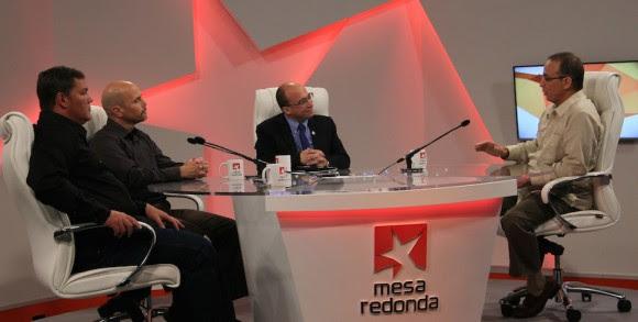 Durante la transmisión de la Mesa Redonda de la Televisión Cubana. Foto: Ismael Francisco/ Cubadebate