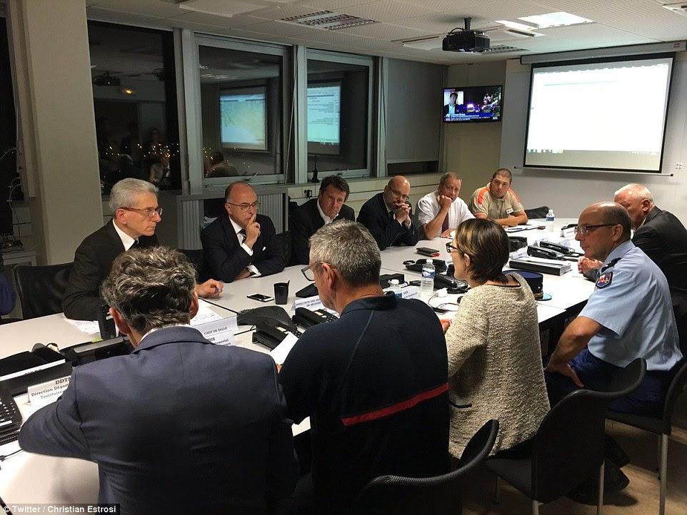 Ministro do Interior francês Bernard Cazeneuve, fileira traseira, segunda à esquerda, reuniões de crise realizada em Nice no rescaldo do ataque terrorista