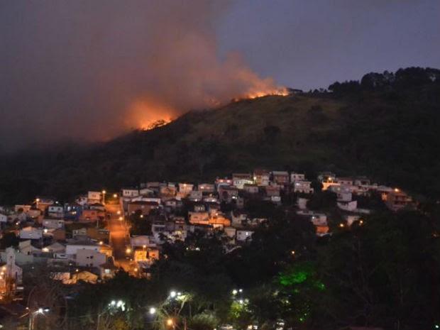 incêndio atinge área verde, em São Roque (Foto: São Roque Notícias/Arquivo pessoal)
