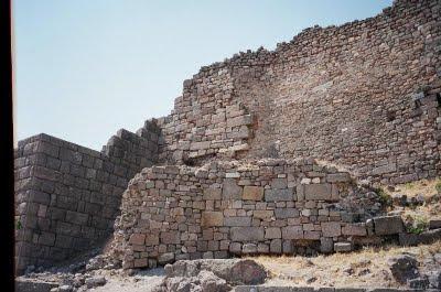 Ερείπια από τα τείχη της αρχαίας πόλης της Τροίας...
