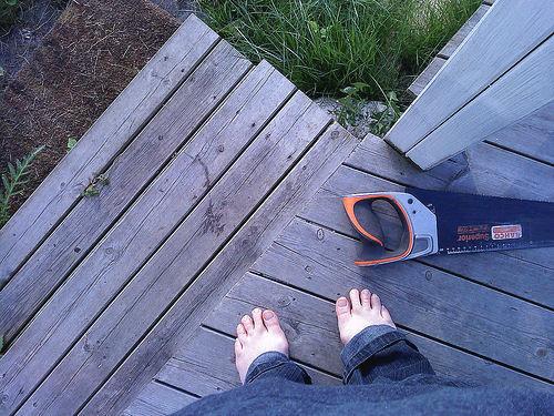 sommerføtter på terrassen: jeg kan kjenne varmen fra sola, kulden fra treverket og lukten av duggfriskt gress når jeg ser på dette bildet