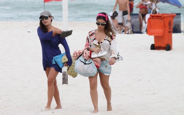 Fernanda Paes Leme na praia da Barra (Foto: Dilson Silva / AgNews)
