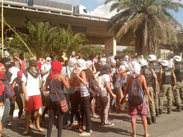 Estudantes se reúnem em frente à Reitoria durante a desocupação (Foto: Penélope Araújo/G1)