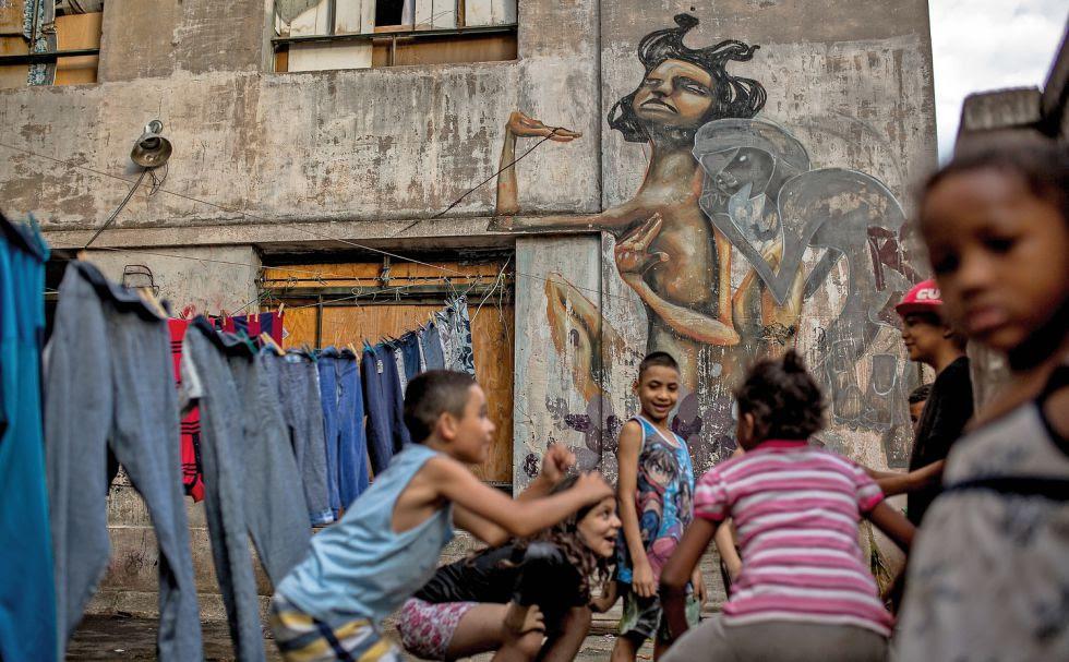 Un grupo de niños juega en Prestes Maia.