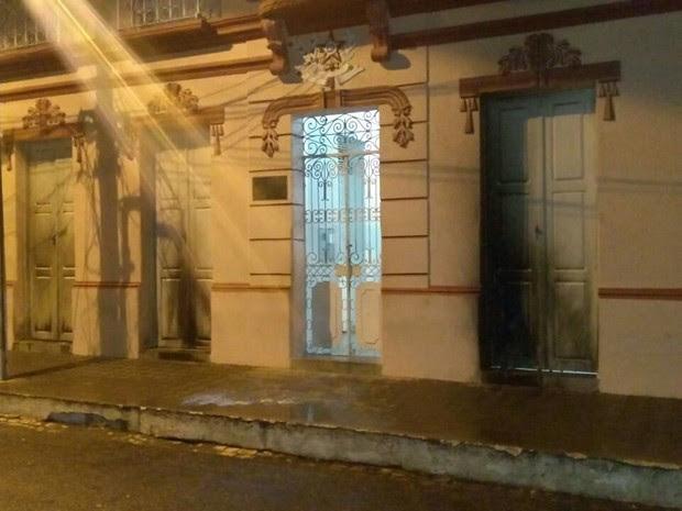 Ataque ao prédio da Prefeitura aconteceu por volta das 2h deste sábado (Foto: Divulgação / PM)