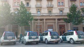 Vehicles de la Guàrdia Civil a Reus davant d'un dels llocs que s'estan escorcollant (ACN)