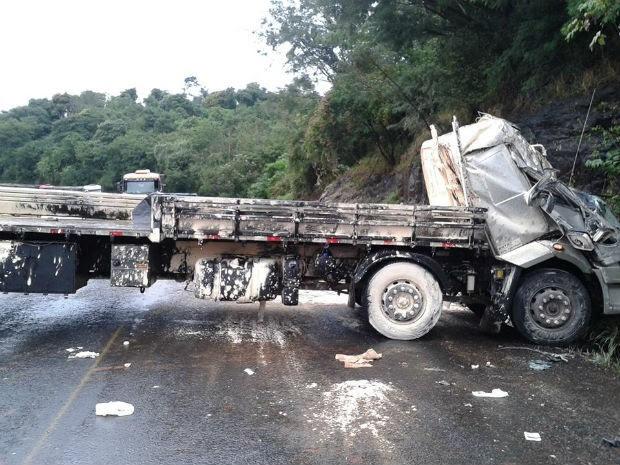 Acidente foi em uma curva, em Capitão Leônidas Marques (Foto: Edvaldo Motta/ Rádio Havaí)