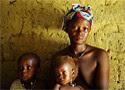 Malaria Jebbeh Amara y sus dos hijos viven en Sierra Leona (Katrina Manson)