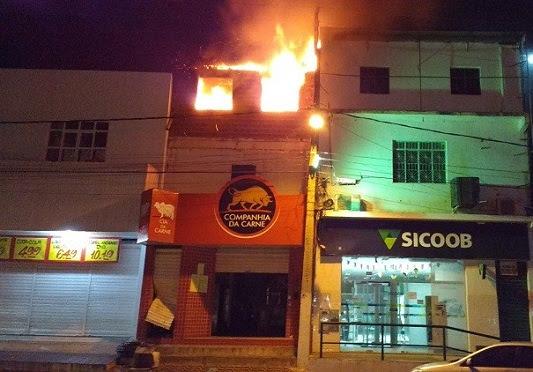 Incêndio atingiu o segundo pavimento do prédio