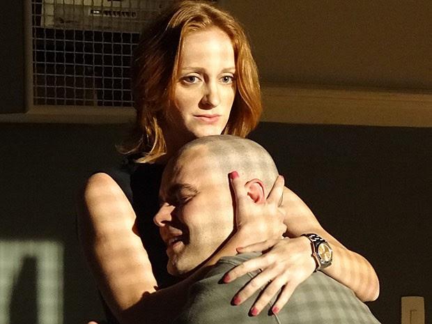 Fernando recebe o carinho de Priscila após ficar louco (Foto: Amor Eterno Amor/TV Globo)