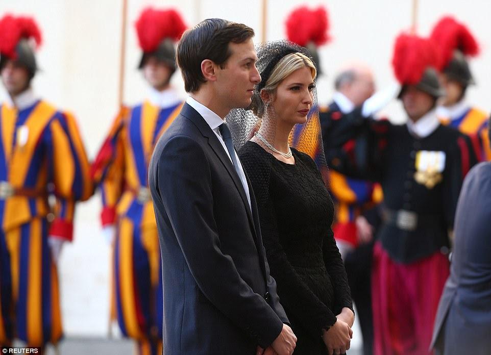 Ivanka Trump foi acompanhado no Vaticano por seu marido e superior Trump conselheiro Jared Kushner.  A família foi recebida pelo Arcebispo George Ganswein, prefeito da casa pontifícia em um pátio do Vaticano