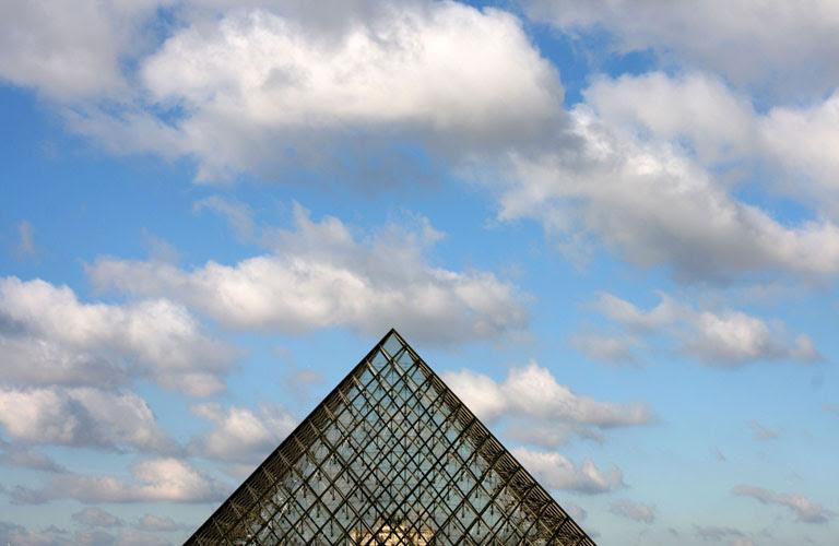 Piramide e nuvole