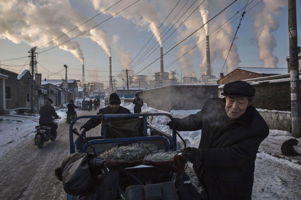 Humo cerca de una central alimentada con carbón en Shanxi, China, en noviembre de 2015.
