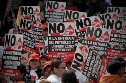 Marchan miles contra la privatización de Pemex. Foto: Xinhua / Alejandro Ayala