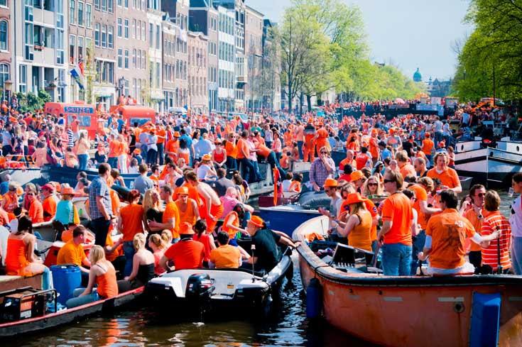 Dia do Rei em Amsterdam: engarrafamento de barcos