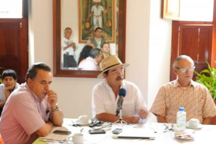 De izquierda a derecha: Carlos Galindo, secretario del Exterior del STUNAM; Leonardo Gutiérrez, depuesto dirigente del SUTUC en huelga de hambre; José de Jesús Lara, huelguista de hambre. Foto: Pedro Zamora Briseño.