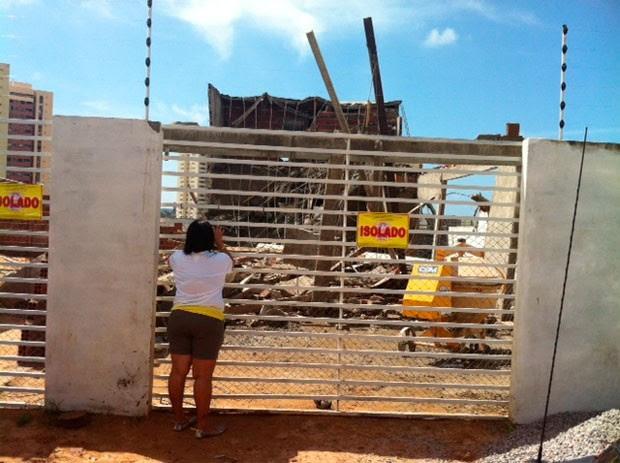 Bombeiros interditaram o local da obra após o desabamento de parte do imóvel (Foto: Fred Carvalho/G1)