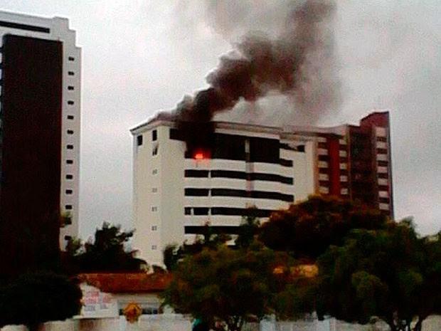 Incêndio atingiu cobertura de prédio em área nobre de Vitória da Conquista, nesta sexta-feira (2). (Foto: Marcelo Torres/ Blog do Marcelo)