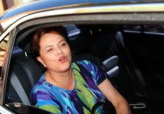 Na Capital, Dilma acenou para crianças, visitou ex-marido e foi presenteada com garrafa de espumante-Genaro Joner