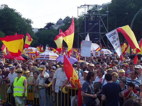 Gente, banderas y Zapasuno
