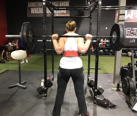 women wear  belt  squatting deadlifting