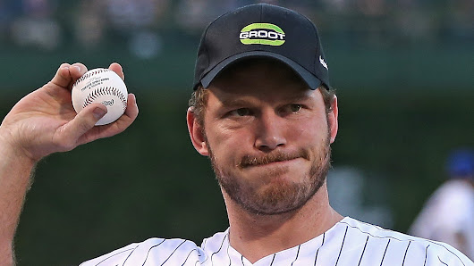 Chris Pratt throws a wild first pitch, serenades crowd at Cubs game