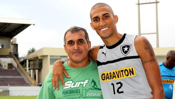 Rafael Marques com o pai treino Botafogo Araraquara  (Foto: Cleber Akamine / Globoesporte.com)