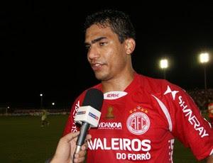 Gustavo, lateral-esquerdo do América-RN, comenta vitória (Foto: Augusto César Gomes/GLOBOESPORTE.COM)