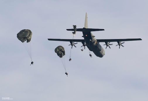 http://buff.ly/17CNT48  RT Defence Images: Paratroopers with #3PARA jump from a RAF Hercules aircraft...