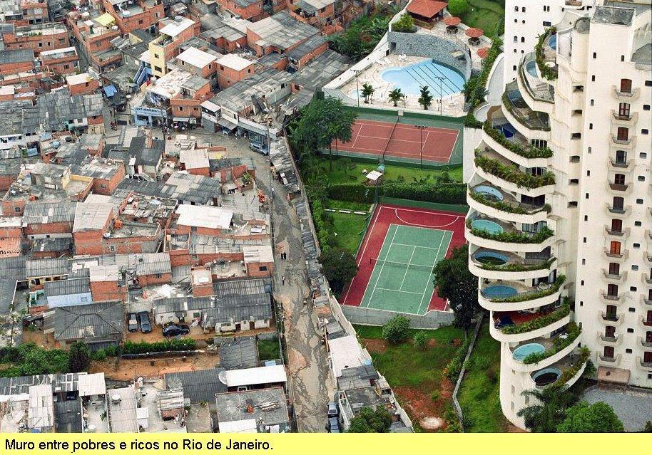 Muro entre pobres e ricos no Rio de Janeiro.