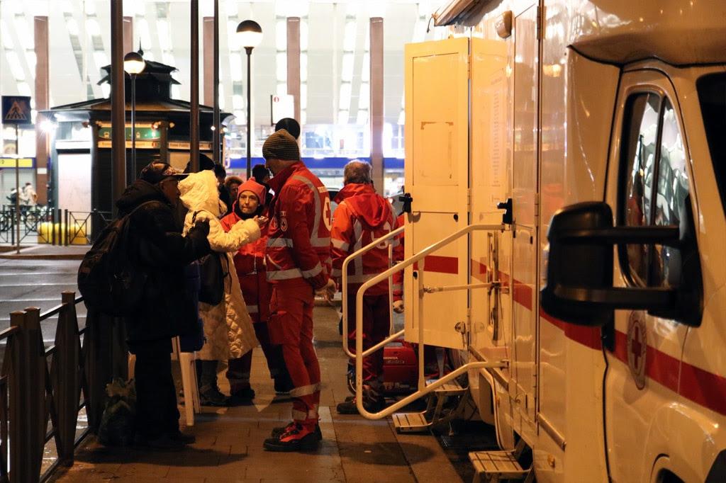 Il presidio sanitario della Croce rossa di Roma fuori della stazione Termini, 13 gennaio 2017. - Croce rossa di Roma