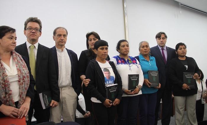 Padres de los 43 y los integrantes de la comisión especial, luego de la presentación del informe el pasado 6 de septiembre. Foto: Luis Barrón, SinEmbargo