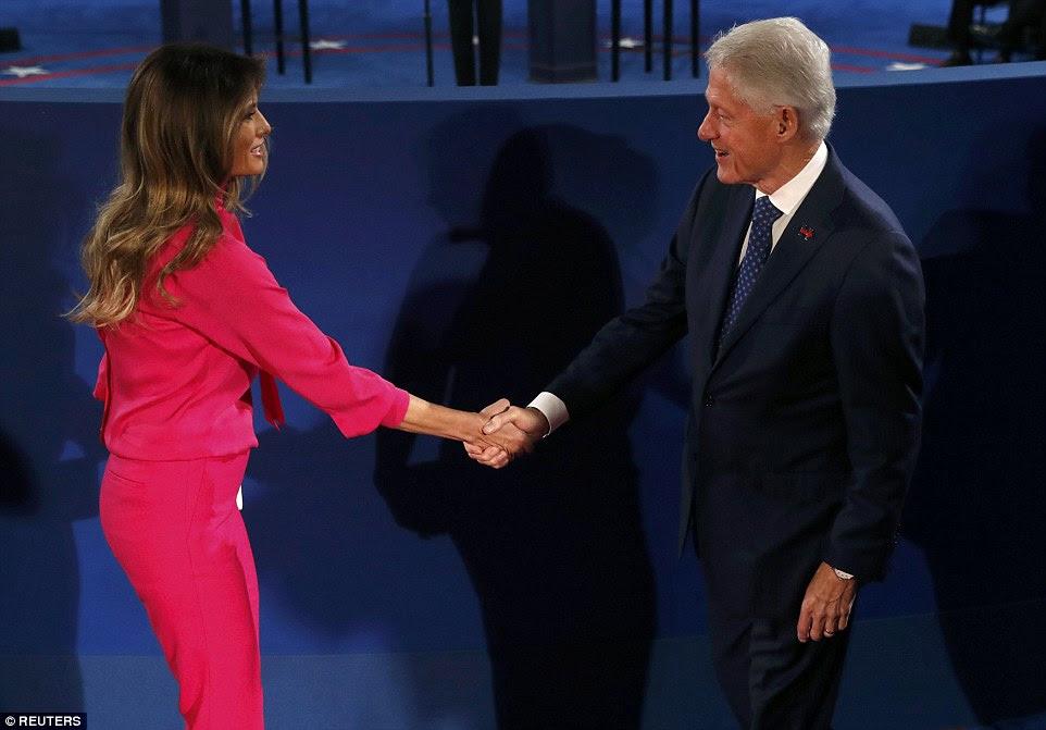 O ex-presidente dos EUA Bill Clinton cumprimenta Melania Trump antes do início do segundo debate presidencial nos EUA