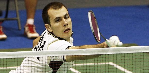 Daniel Paiola em lance na derrota para rival guatemalteco na semifinal do badminton do Pan