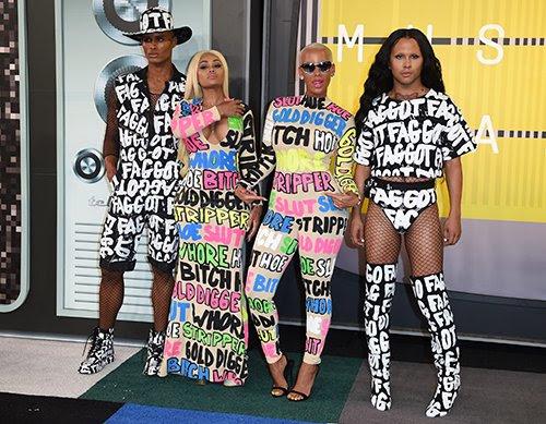"""Durante o pré-show, Amber Rose e seus amigos usavam roupas com alguns termos pejorativos sobre eles - aparentemente para """"sensibilizar""""."""