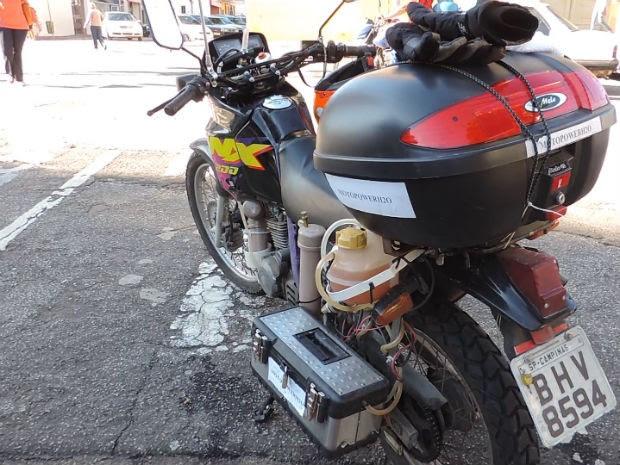 Funcionário público de Itu adapta moto para funcionar com água (Foto: Jomar Bellini / G1)