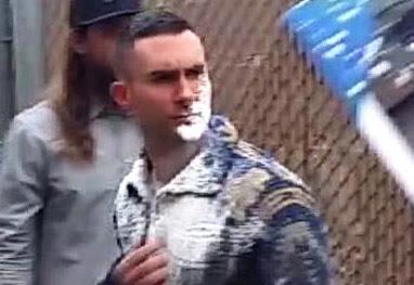 Homem joga açúcar no rosto de Adam Levine na porta de estúdio - Grosby Group