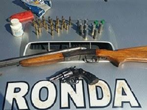 PM prende homem com duas armas de fogo após suspeita de agressão à companheira (Foto: Divulgação/SSPDS)