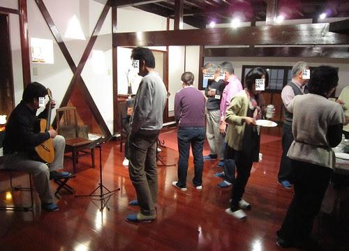 情報交換会でギターを爪弾く 2012年3月31日18:32 by Poran111