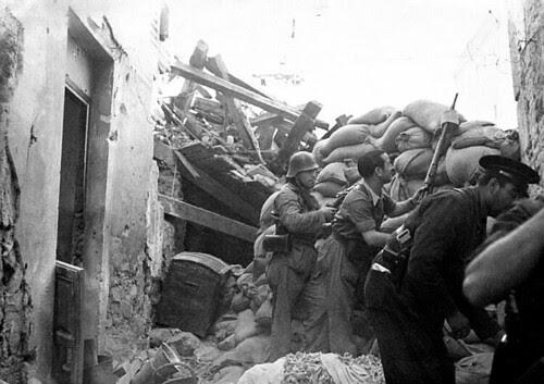 Milicianos en la Calle Horno de Los Bizcochos, Toledo, en 1936. Foto Vincent Doherty