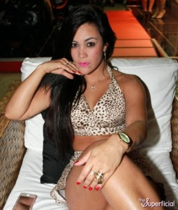 tati-neves-panty-flash-upskirt-1112-08-400x470