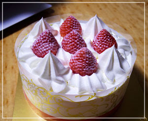 誕生日ケーキは基本に戻って「不二家」のショートケーキ。