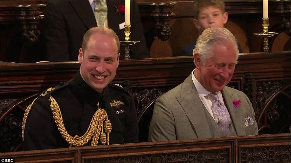 El duque de Cambridge y su padre el príncipe Guillermo se ríen durante el servicio en la Capilla de San Jorge