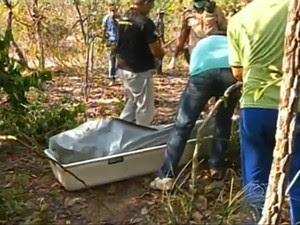 Corpo de estudante foi encontrado embaixo de uma árvore (Foto: Reprodução/TV Anhanguera)