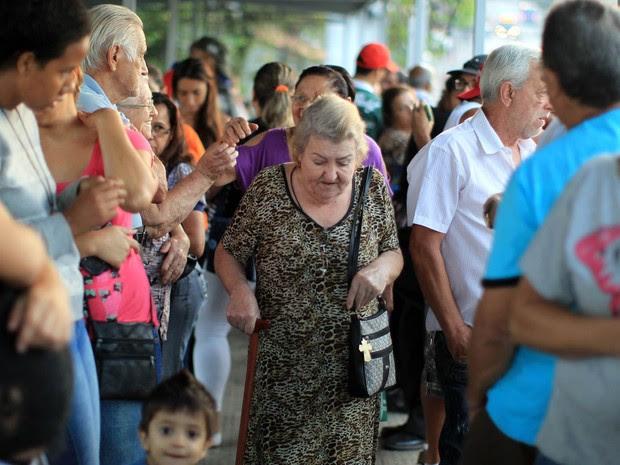 Público enfrenta fila na UBS Jardim Peri, na Zona Norte de São Paulo, no dia de início da campanha de vacinação contra o H1N1. A campanha visa imunizar gestantes, idosos e crianças de 6 meses a 5 anos na região metropolitana de São Paulo (Foto: Werther Santana/Estadão Conteúdo)