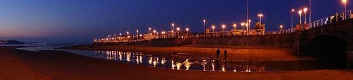 Visión panoramica nocturna playa San Lorenzo Gijón