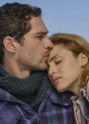 Júlia decide dar uma chance para Miguel durante viagem