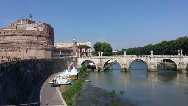 Castelo de Sant'Angelo: no verão, diversos bares temporários são montados na beira do rio