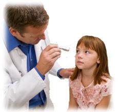 médico examinando los ojos de una niña